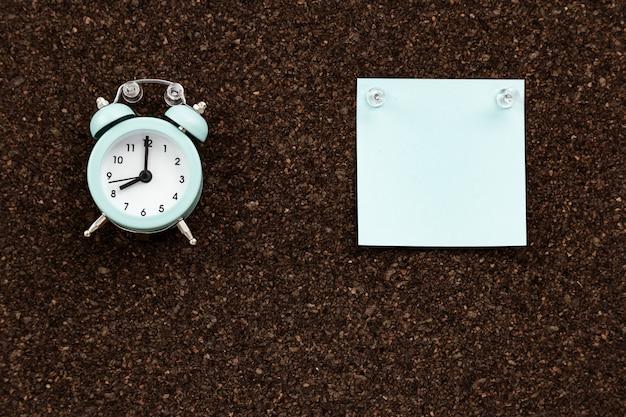 Bacheca con adesivi vuoti per i piani e orologio per il controllo del tempo.