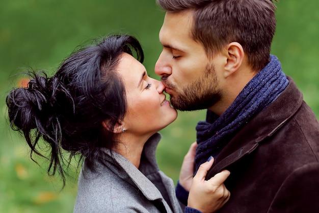Baci sorridenti della ragazza e dell'uomo bello.