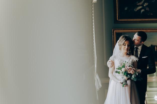 Bacia gli sposi. sposi felici sul loro matrimonio