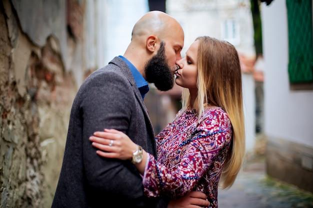 Baciare coppia, romanticismo e bellezza, è nel cortile.