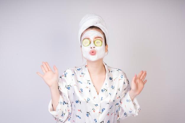 Baciare la ragazza con masc cremoso