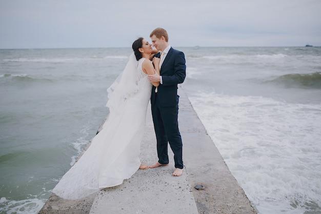 Baciare sposi in mare