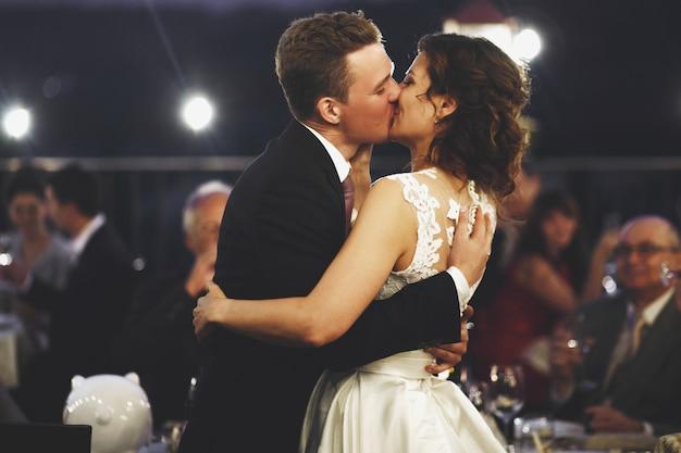 Baciare sposi si distingue tra gli altri ospiti al di fuori