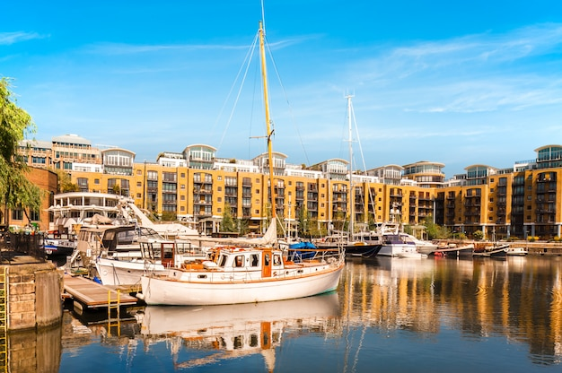 Bacini della st katarine a londra, barche e yacht con la riflessione