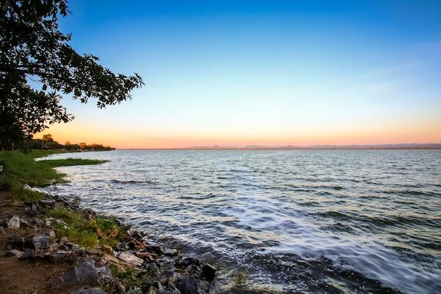 Bacino idrico alla diga jolasid river dam al crepuscolo all'alba, lopburi, tailandia.