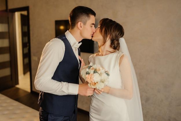 Bacio dello sposo e della sposa al primo incontro. il primo incontro degli sposi. primo sguardo degli sposi al mattino. sposi in hotel. sposa e sposo.