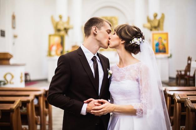 Bacio dello sposo e della sposa