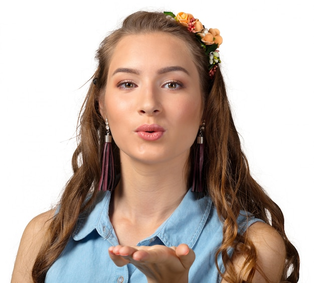 Bacio di colpo, giovane donna bionda caucasica