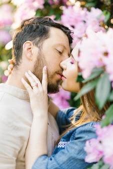 Bacio sensuale di coppia. relazione d'amore romantica.