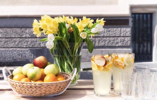 Backet di frutta e mazzo di fiori primaverili