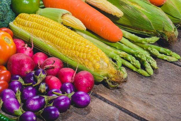 Backgroud delle verdure varis gustose e sane dell'alimento fresco sono sulla tavola di legno