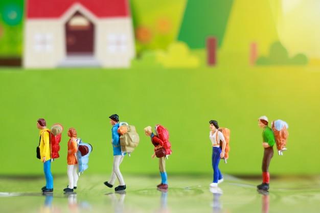 Backpacker in miniatura, concetto di viaggio o di affari.