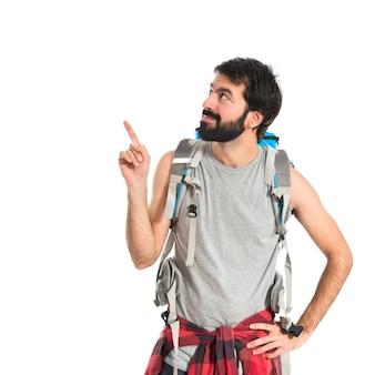 Backpacker pensando su sfondo bianco isolato