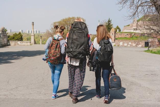 Backpackers che camminano in città