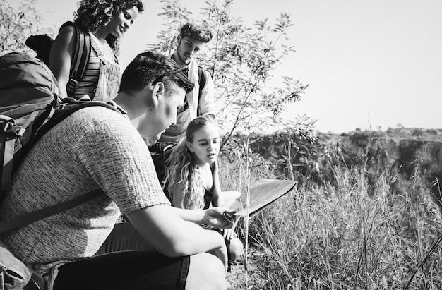 Backpackers in un'avventura nella natura
