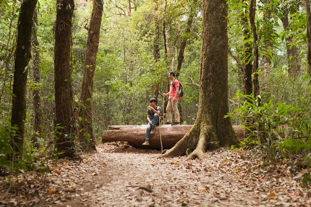 Backpackers sul tronco d'albero