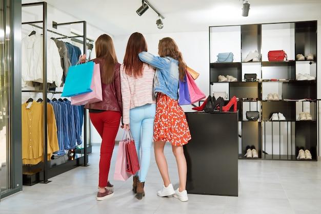 Backview delle ragazze che vanno a fare shopping.