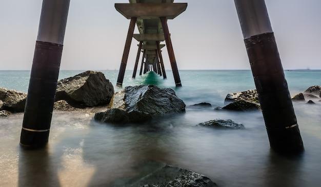 Badalona spagna. sotto il ponte pont del petroli in estate