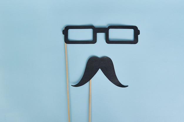 Baffi decorativi da uomo e occhiali neri per la festa