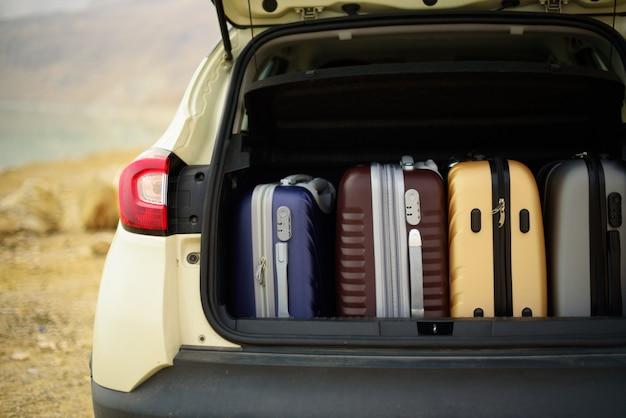 Bagagliaio d'auto aperto pieno di valigie, bagagli, bagaglio.