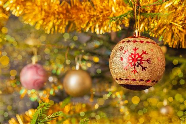 Bagattella della decorazione sul fondo decorato dell'albero di natale