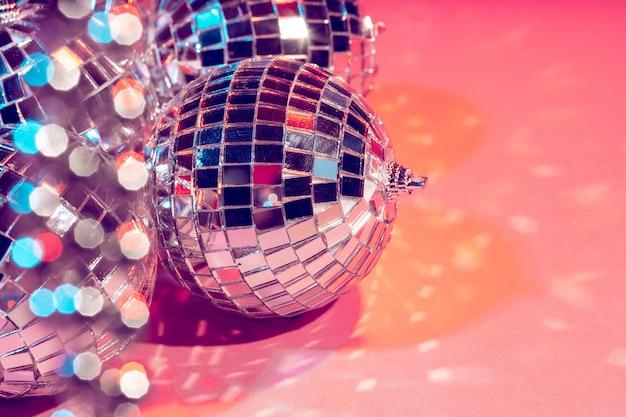 Bagattella della palla della discoteca su fondo rosa. concetto di festa