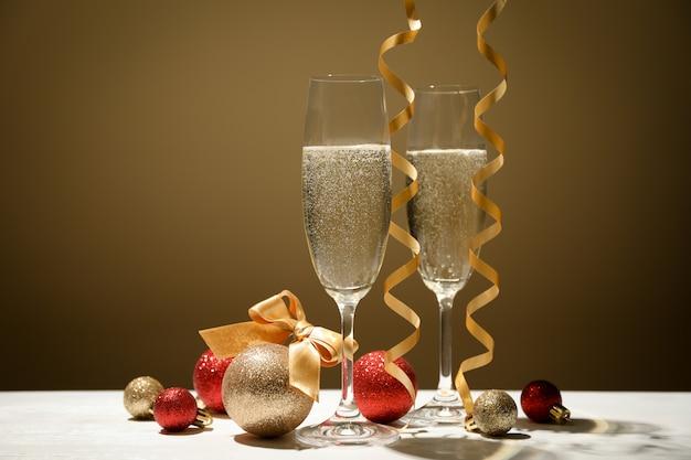 Bagattelle e bicchieri di champagne contro lo spazio d'oro, spazio per il testo