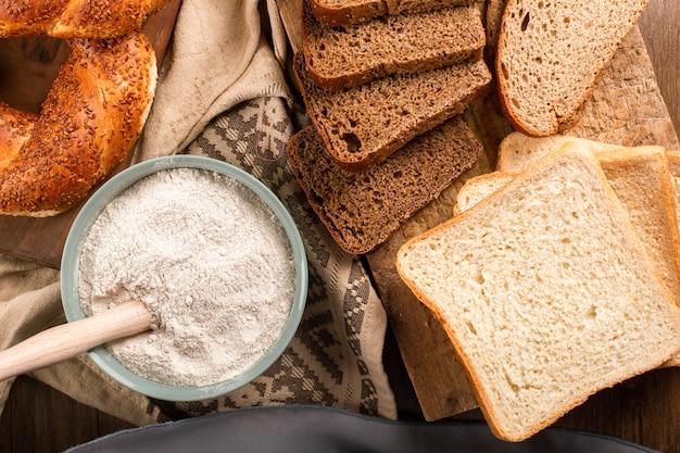 Bagel con fette di pane e ciotola di farina