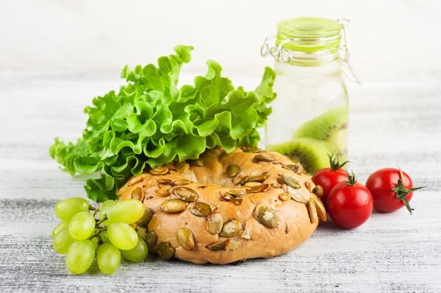 Bagel e insalata, pomodoro, uva