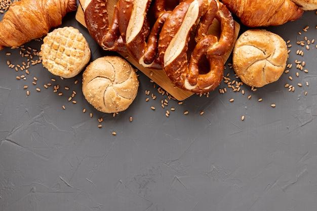 Bagel e pane con copia spazio