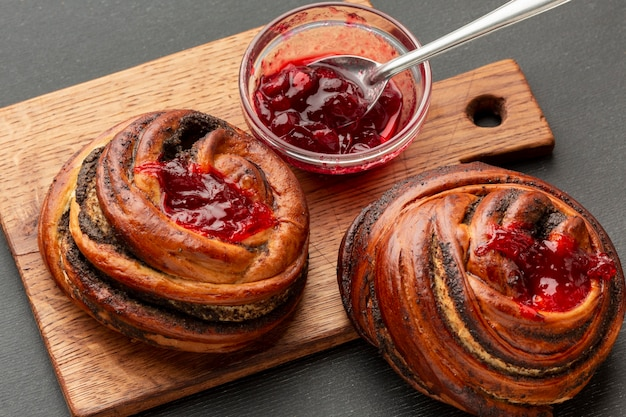 Bagel fatti in casa con marmellata di fragole