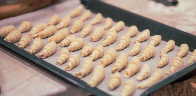 Bagel fatti in casa su una teglia. panetteria preparata per la cottura. concetto di natale