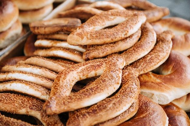 Bagel turco - tradizionale simit di pane circolare con semi di sesamo