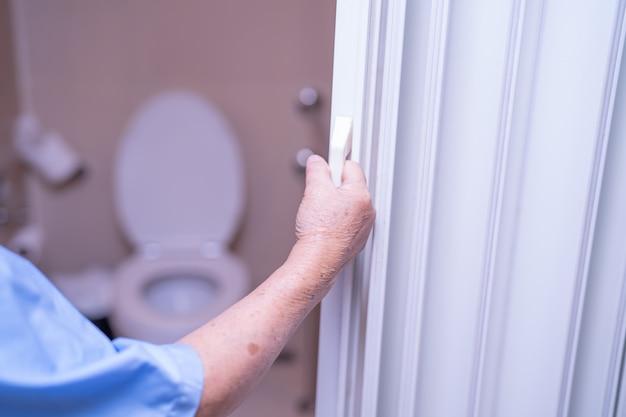 Bagno aperto della toilette della paziente senior asiatica della donna.