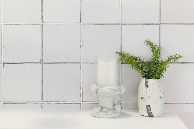 Bagno bagno o toilette decorazione naturale con piastrelle smaltate in ceramica