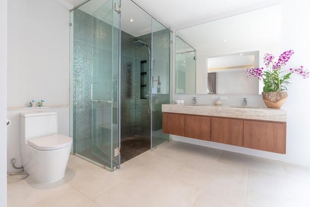 Bagno di lusso dotato di lavabo, water