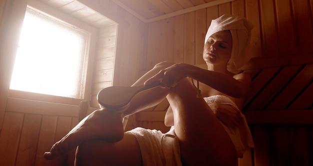 Bagno di vapore nella sauna nella sauna