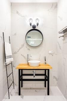 Bagno in stile moderno con piastrelle in marmo