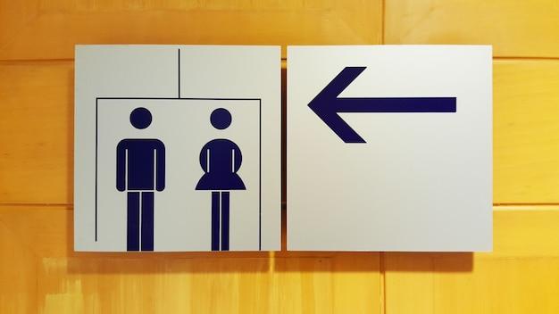 Bagno o toilette unisex e segno di freccia