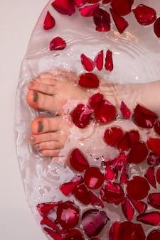 Bagno romantico di san valentino con petali di rosa, spa domestica, cura di sé di lusso