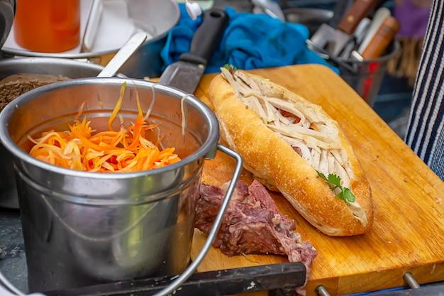 Baguette con carne e verdure e condimento o paté khowjee è popolare originale dalla francia.