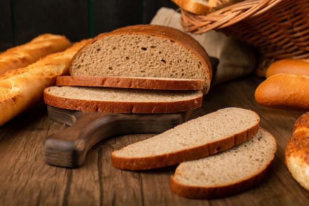 Baguette con le fette di merce nel carrello del pane bianco e marrone