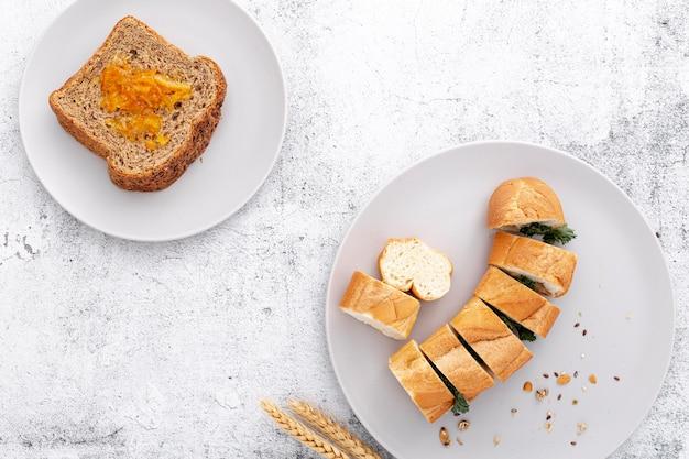 Baguette del pane fresco e vista superiore delle fette di pane