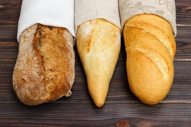 Baguette fatte in casa sul tavolo di legno. avvicinamento