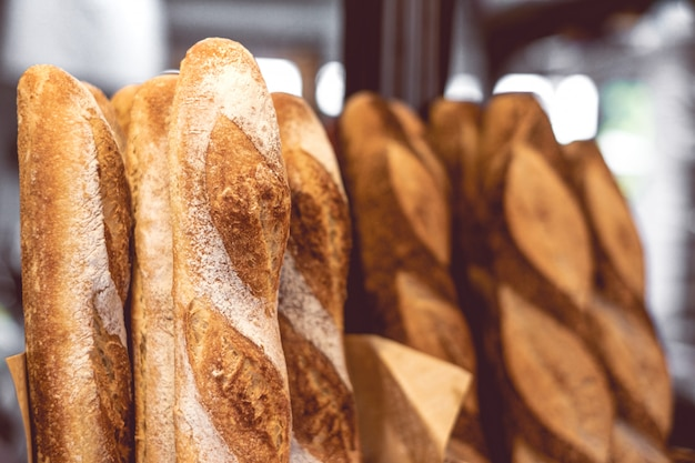 Baguette francese classica con pane integrale.