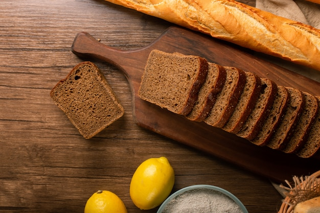 Baguette francese con fette di pane integrale e limoni