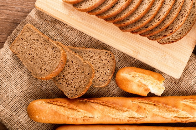 Baguette francese con fette di pane