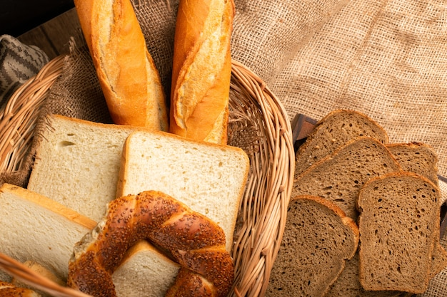 Baguette francesi con i bagel turchi e le fette di pane in cestino