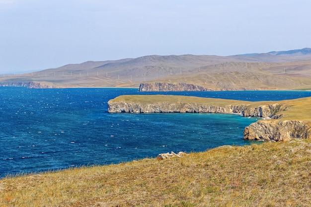 Baia e riva rocciosa del lago baikal in estate, l'isola di olkhon.