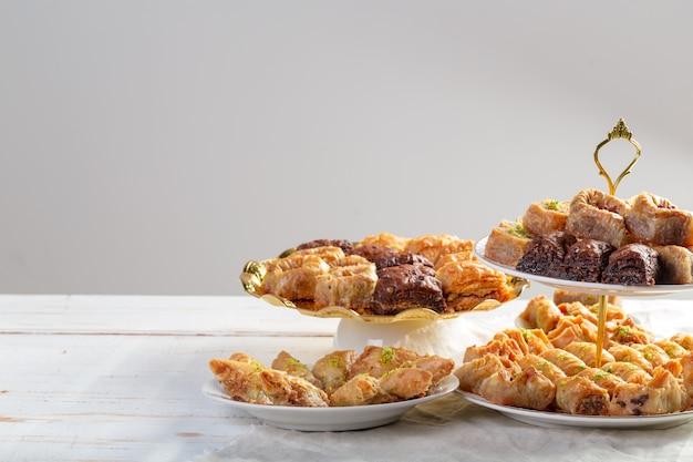 Baklava assortita- un dolce turco disposto su un piatto decorativo, fotografia di cibo mediorientale.